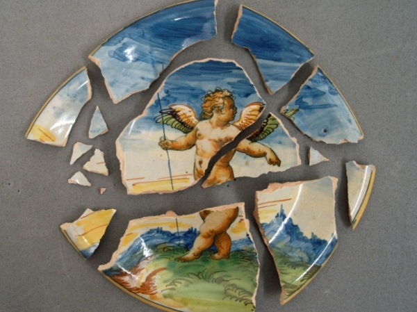 Maiolica dish before conservation